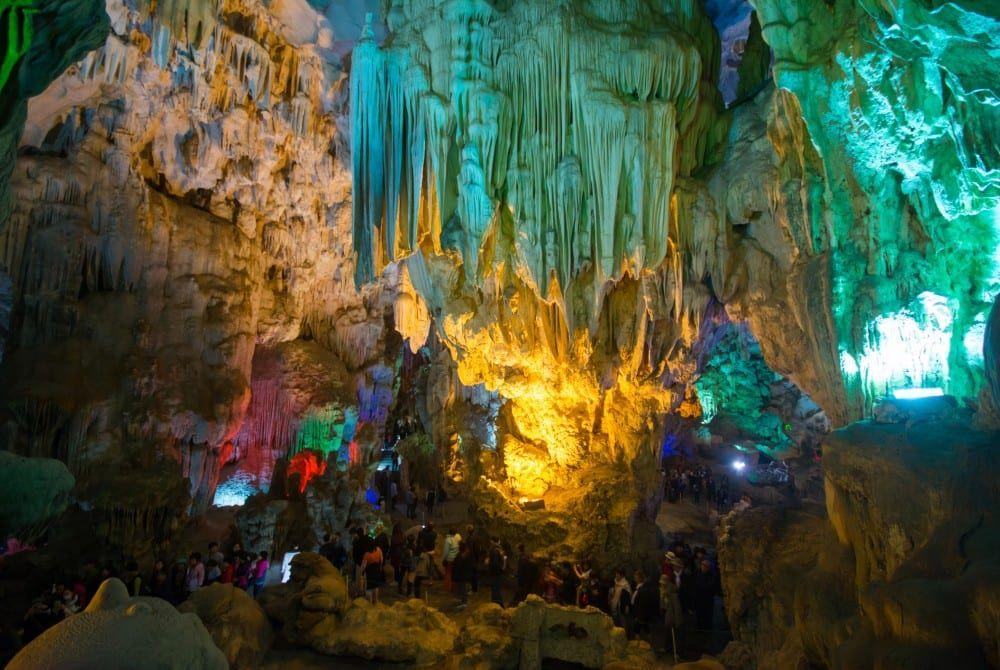 TienKung Cave bij Halong Bay, Vietnam