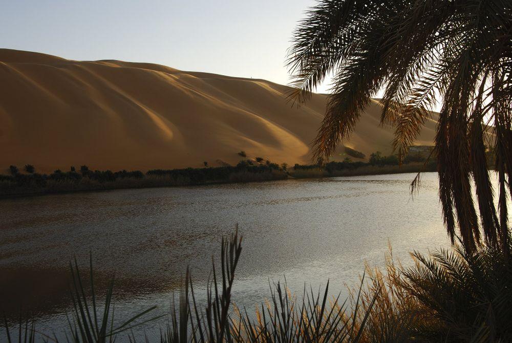 De Ubari-meren in de woestijn van Libië