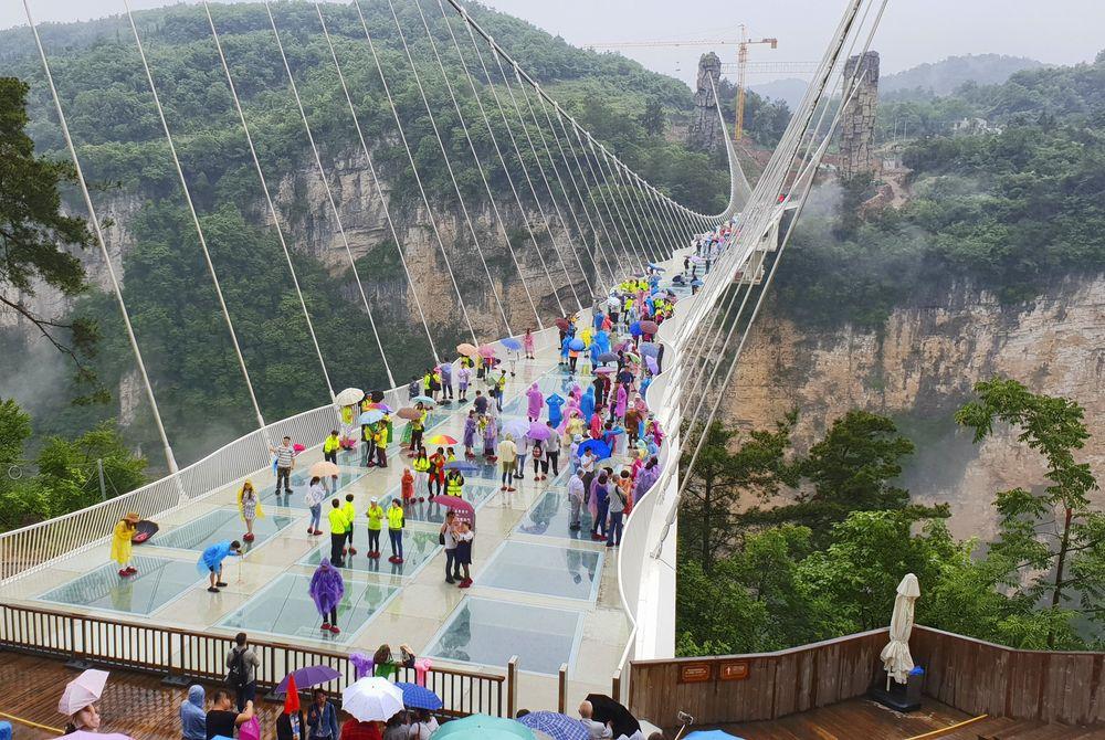 China bouwt angstaanjagende brug met glazen bodem