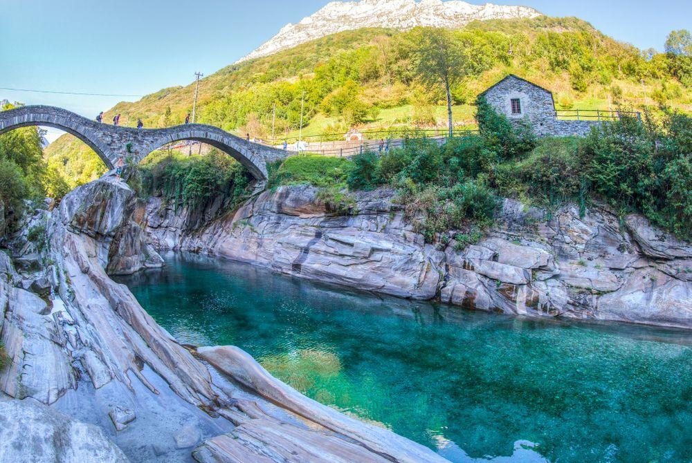 Magisch: de kristal heldere Verzasca rivier in Zwitserland