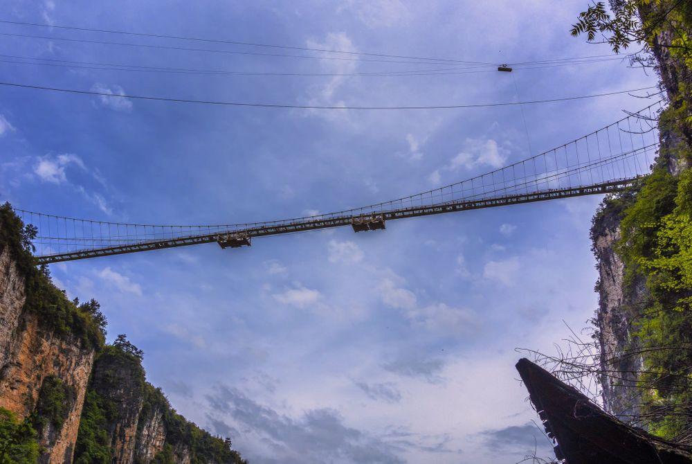 Scary hangbrug met glazen bodem op 200m hoogte geopend in China