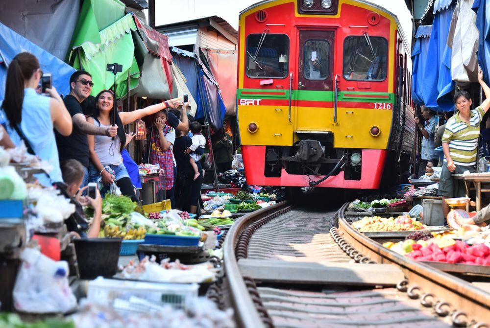 Maeklong Railway Market: Bizarre must-see in Thailand